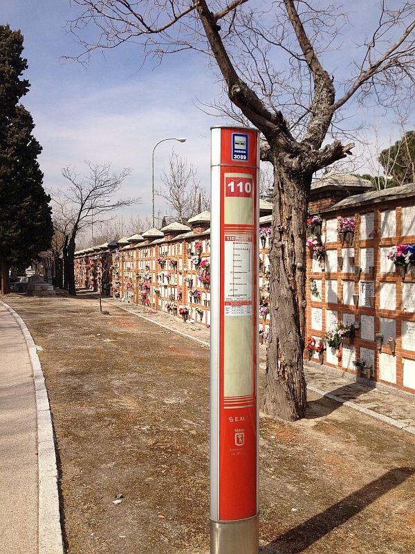 Bushaltestelle zwischen Gräbern. Da der Friedhof so weitläufig ist, gibt es eine Buslinie und zwei Metro-Stationen.