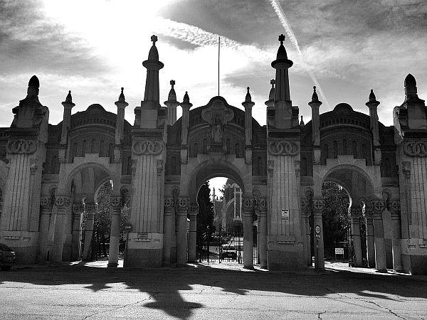 Majestätischer Zugang zum Friedhof.